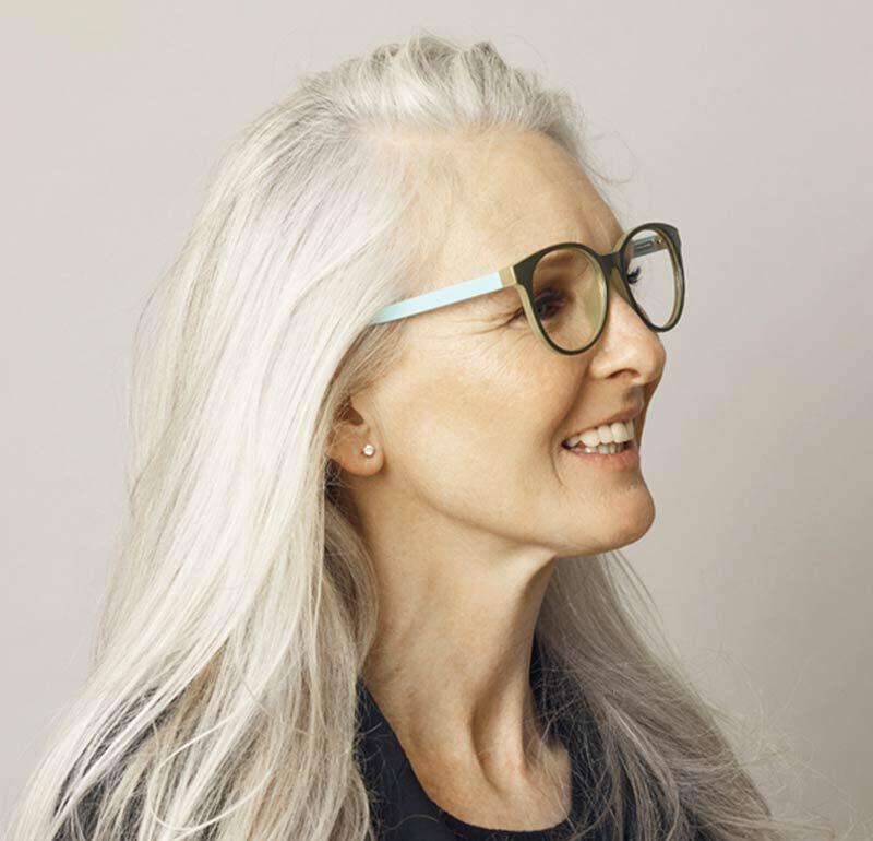 City blue læsebrille på model, viser størrelsesforhold