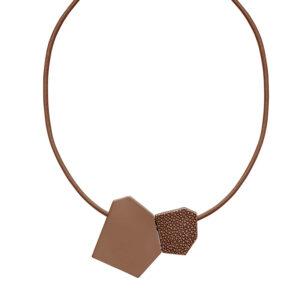 Halskæde med brun læderrem og vedhæng