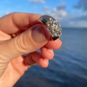 viser størrelsesforhold på guldring med krystaller fra DANSKCopenhagen