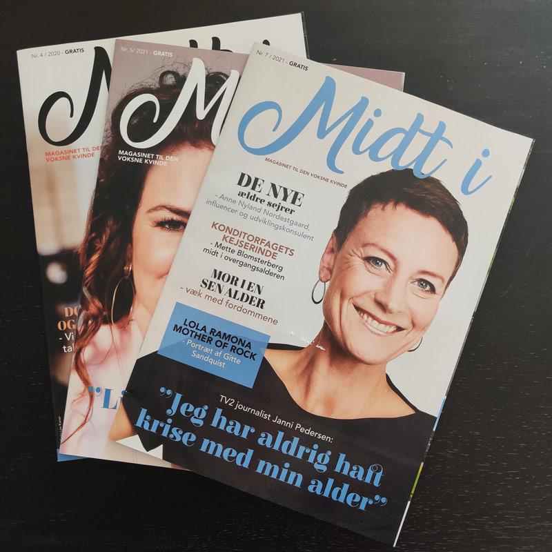 tre trykte magasiner, forhåndsvisning på et rigtigt blad